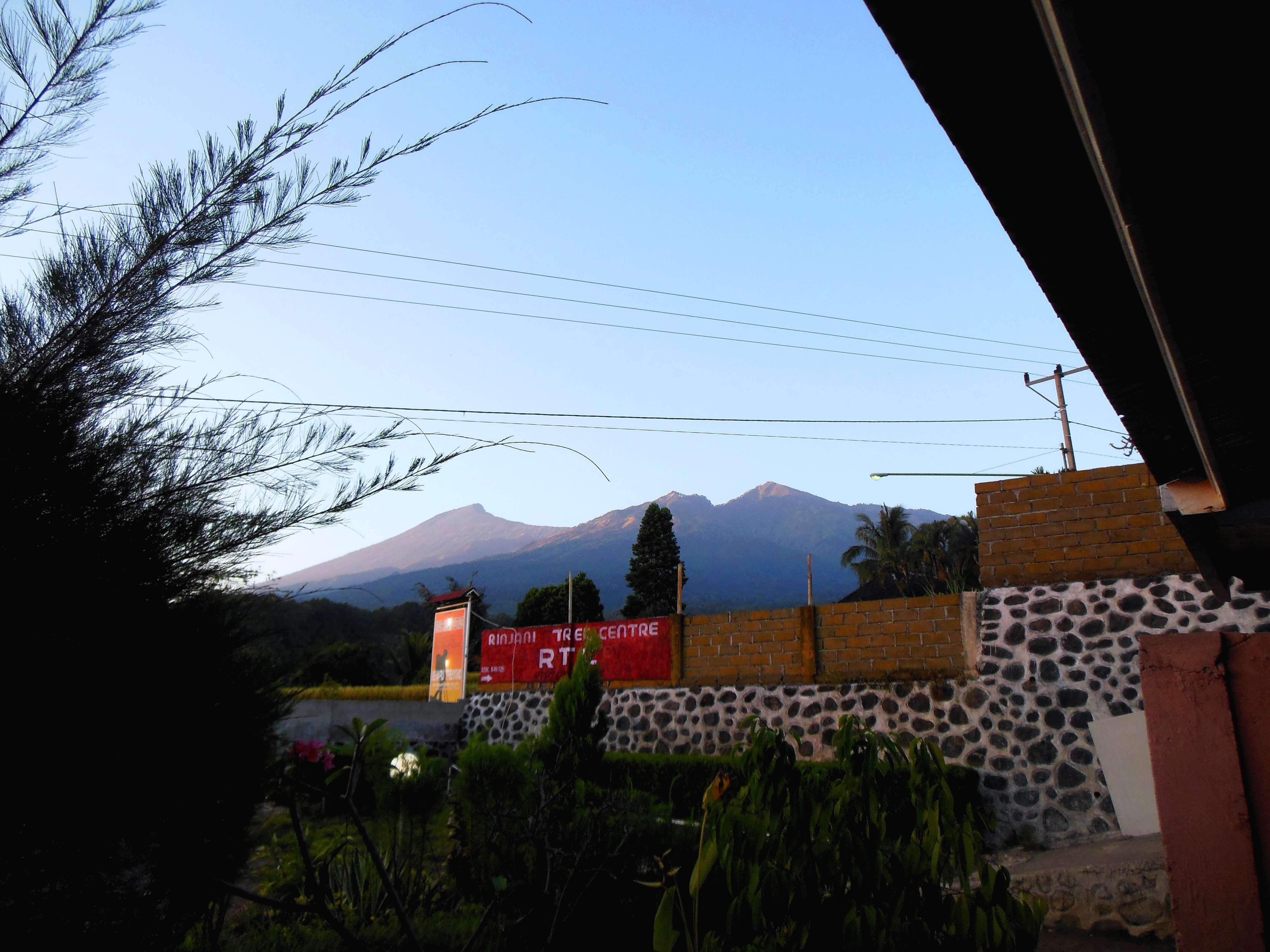 Blick aus dem Tal auf den Gunung Rinjani
