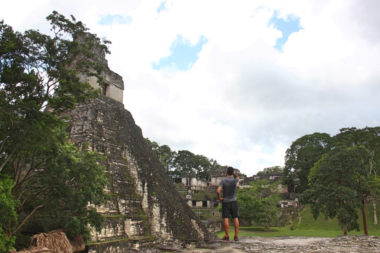 Vor dem Tempel I
